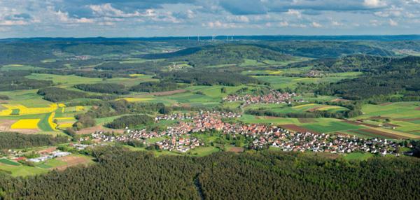 Die Sonne scheint auf Schönberg, Weigenhofen und Reuth